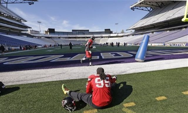 Atlanta Falcons' Jonathan Babineaux stretches as a teammate runs past during a practice at the University of Washington Wednesday, Oct. 12, 2016, in Seattle. (AP Photo/Elaine Thompson)