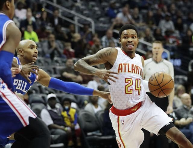 Atlanta Hawks' Kent Bazemore, right, dribbles past Philadelphia 76ers' Gerald Henderson in the first quarter of an NBA basketball game in Atlanta, Saturday, Nov. 12, 2016. (AP Photo/David Goldman)