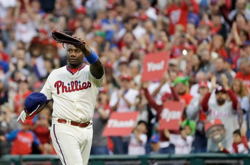 Philadelphia Phillies' Ryan Howard waves to the crowd after being pulled during the ninth inning of a baseball game against the New York Mets, Sunday, Oct. 2, 2016, in Philadelphia. (AP Photo/Matt Slocum)