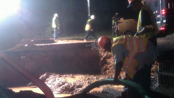 Jocelyn Connell/CBS Atlanta- Crews work to repair a water main break in northwest Atlanta.