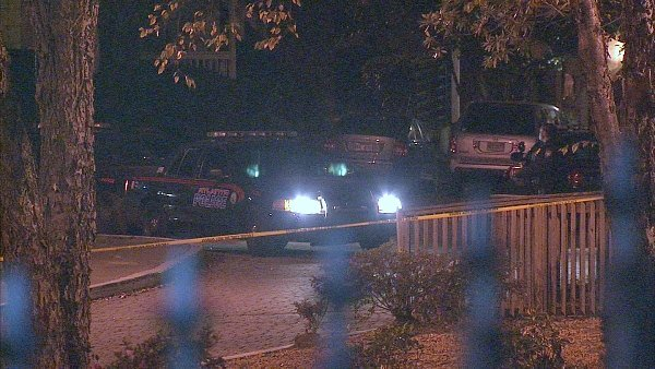 Eric Hurst/CBS Atlanta- Police investigate a large crime scene at a Midtown apartment complex early Thursday.