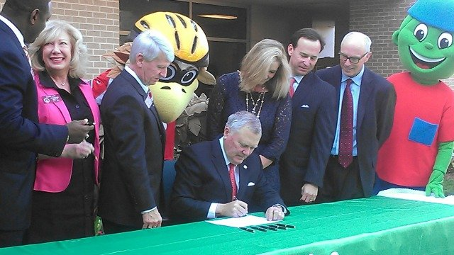 Gov. Nathan Deal signs concussion bill